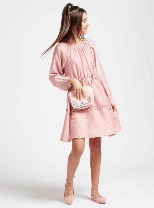 فستان بارز الملمس بأكمام طويلة وتفاصيل كشكش