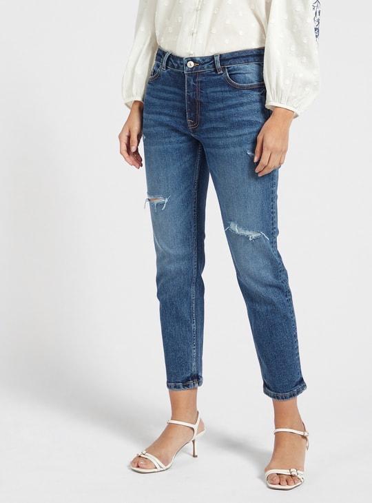 بنطلون جينز ممزّق قصير بقصّة سليم وخصر متوسط الارتفاع وجيوب