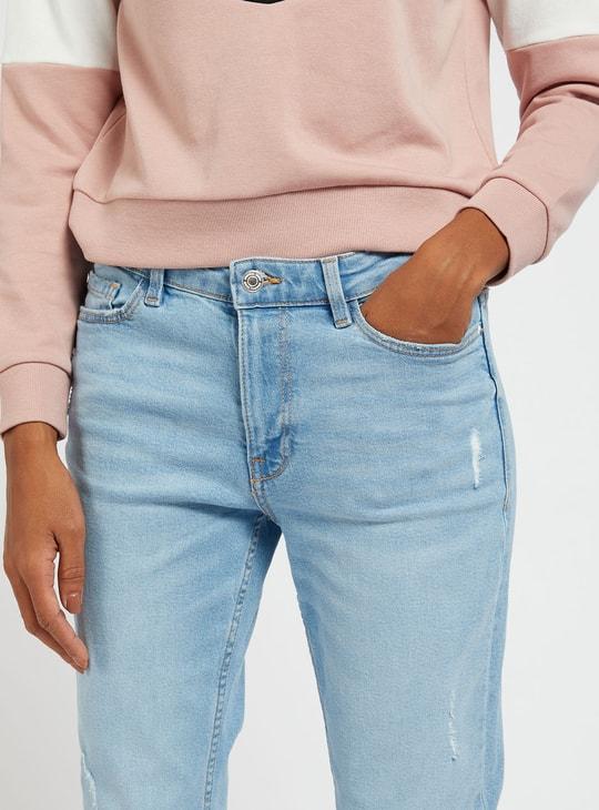 بنطلون جينز قصير سليم فيت ممزّق بخصر متوسّط الارتفاع وجيوب وحلقات حزام