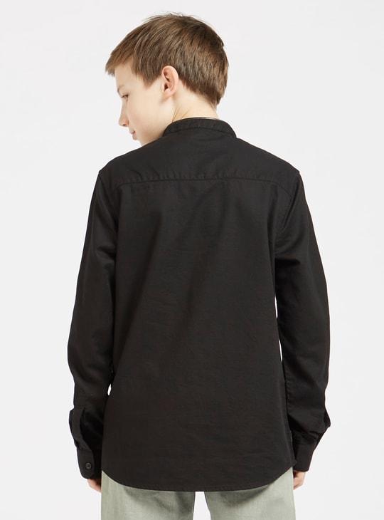 قميص بارز الملمس بياقة ماندارين وأكمام طويلة وجيوب