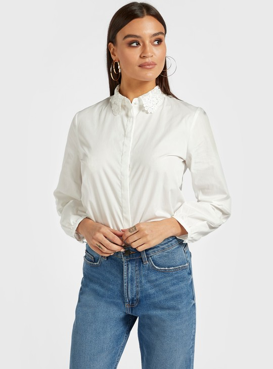 قميص سادة بياقة عادية وأكمام طويلة وأزرار إغلاق وتفاصيل دانتيل