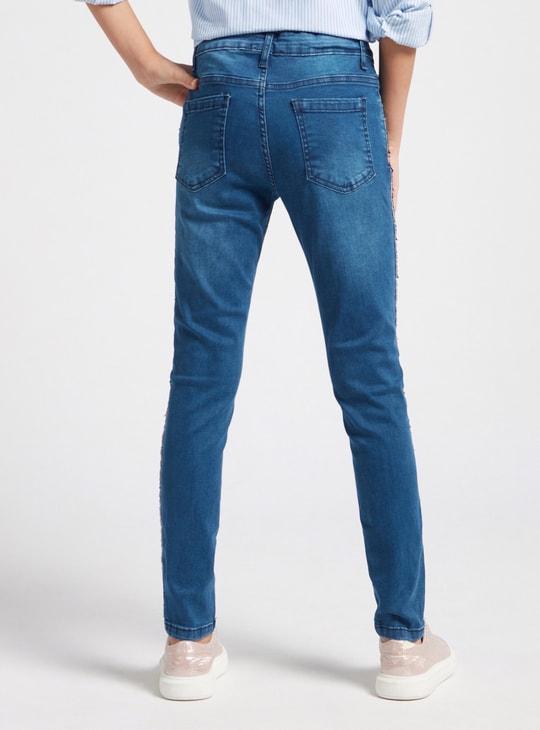 بنطلون جينز بتفاصيل ترتر وجيوب وزر إغلاق