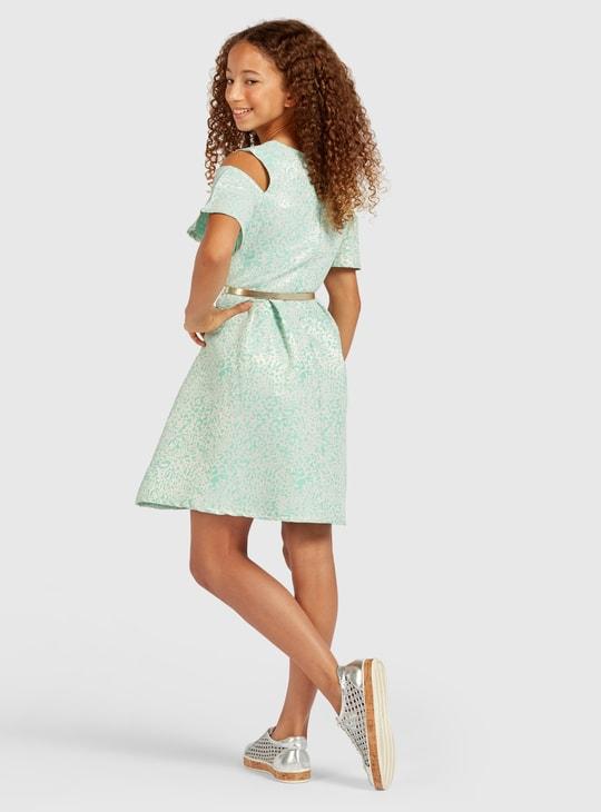 فستان بطول الركبة وأكمام قصيرة بارز الملمس