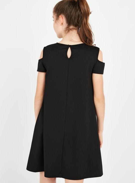 فستان مكشوف الأكتاف بياقة مستديرة و تفاصيل ترتر