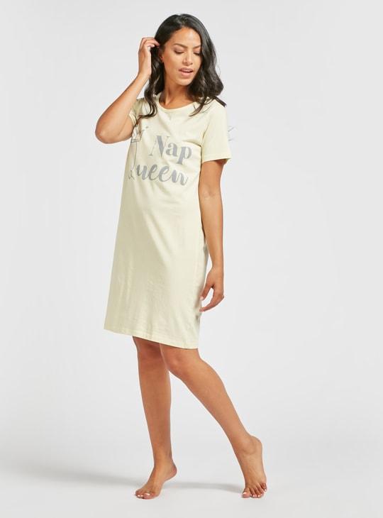 فستان نوم بياقة مستديرة وأكمام قصيرة وطبعات جرافيك