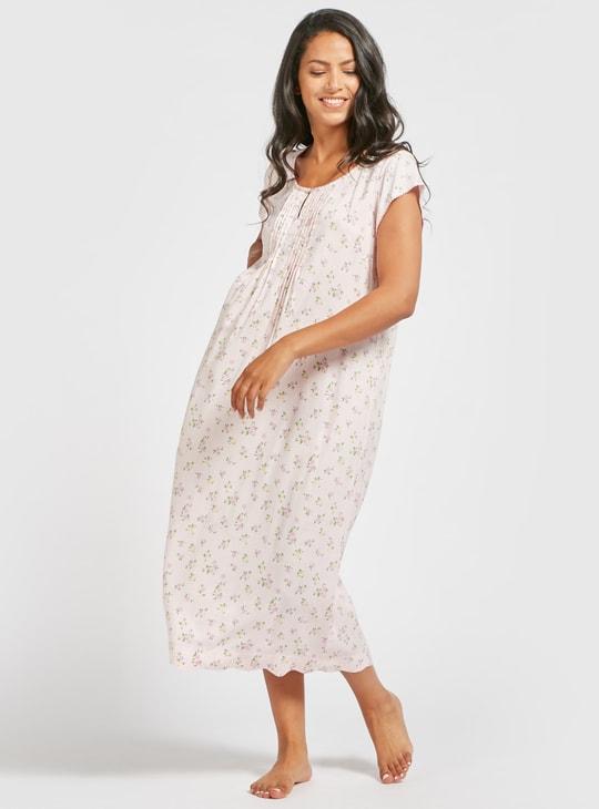 فستان نوم بياقة مستديرة وأكمام كاب و طبعات أزهار تزينه بالكامل