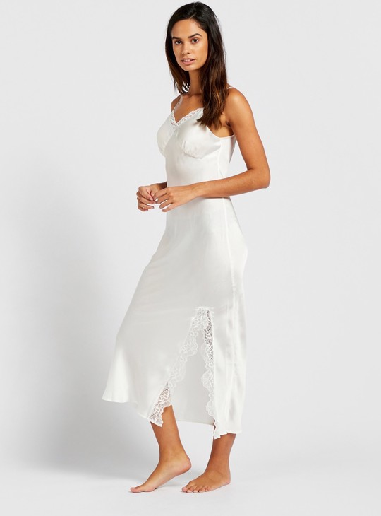 ثوب نوم سادة بياقة v وأحزمة رفيعة