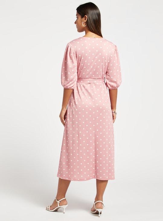 فستان ميدي بأكمام منفوخة 3/4 وطبعات منقطة عليه بالكامل