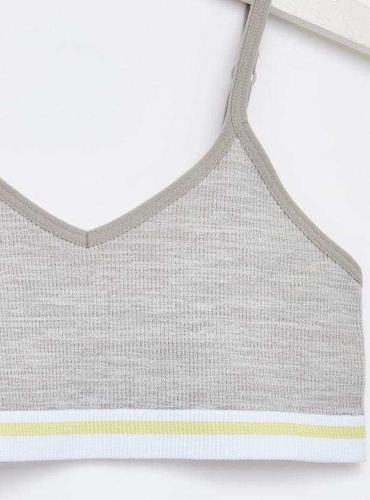 صدريّة بارزة الملمس بياقة v وحمّالات رفيعة قابلة للتّعديل - طقم من قطعتين