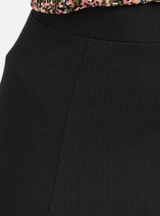 تنورة إيه لاين بارزة الملمس متوسطة الطول بخصر مطّاطي