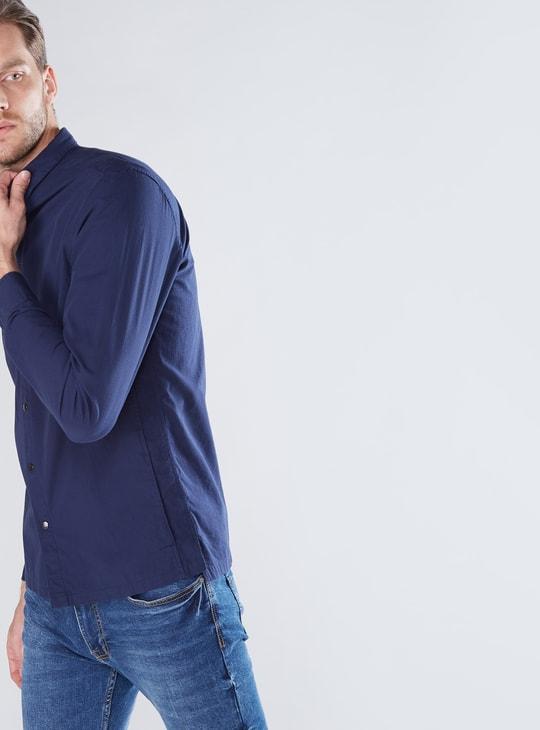 قميص بأكمام طويلة وأزرار