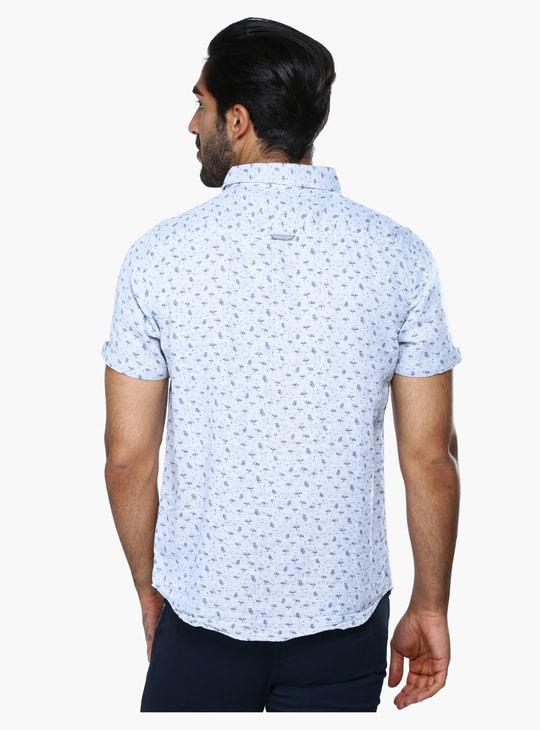قميص بطبعات وأكمام قصير وجيب بطيّة