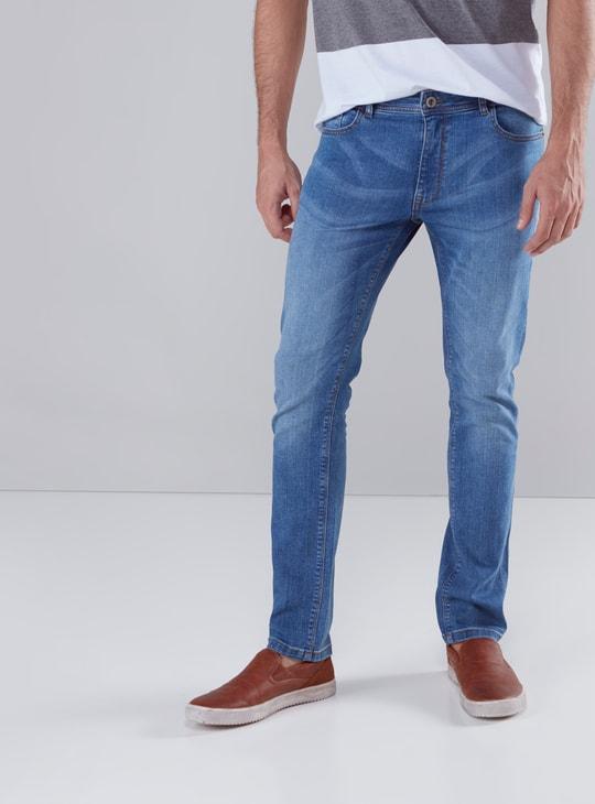 بنطال جينز بتفاصيل جيوب وأزرار إغلاق