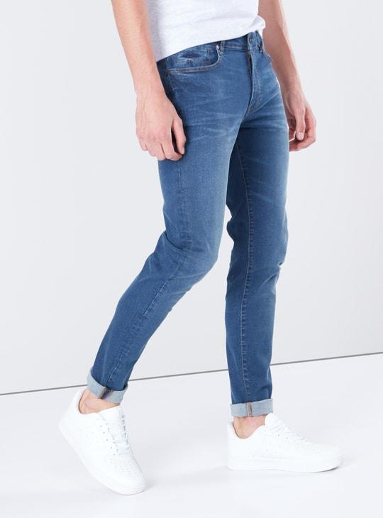 بنطال جينز سادة بخصر متوسط وقصّة ضيقة مع جيوب