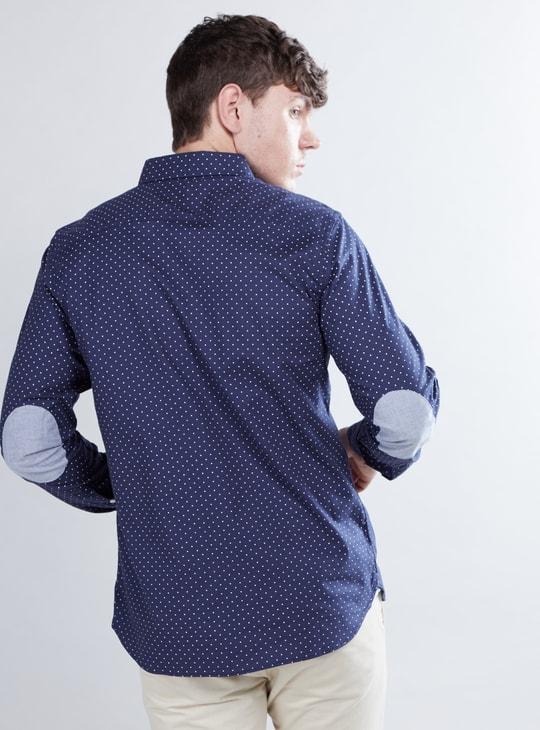 قميص بأكمام طويلة وياقة بأزرار وطبعات