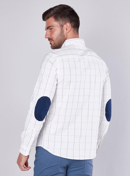 قميص مقلّم بأكمام طويلة ورقعة على المرفق