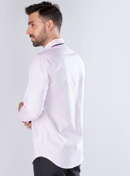 قميص بأكمام طويلة وأزرار ودرزات
