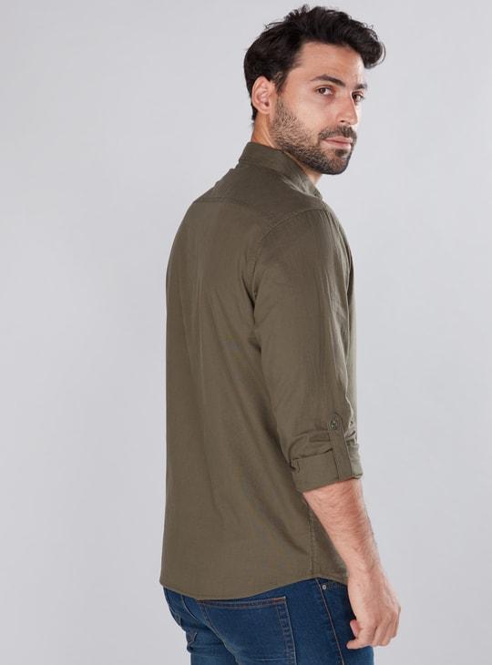 قميص بأكمام طويلة ووصلة أزرار كاملة وياقة مزودة بزر.