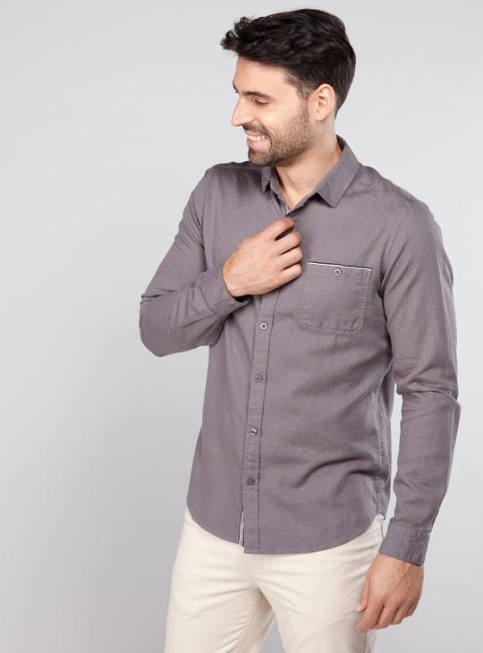 قميص بأكمام طويلة وأزرار وطبعات