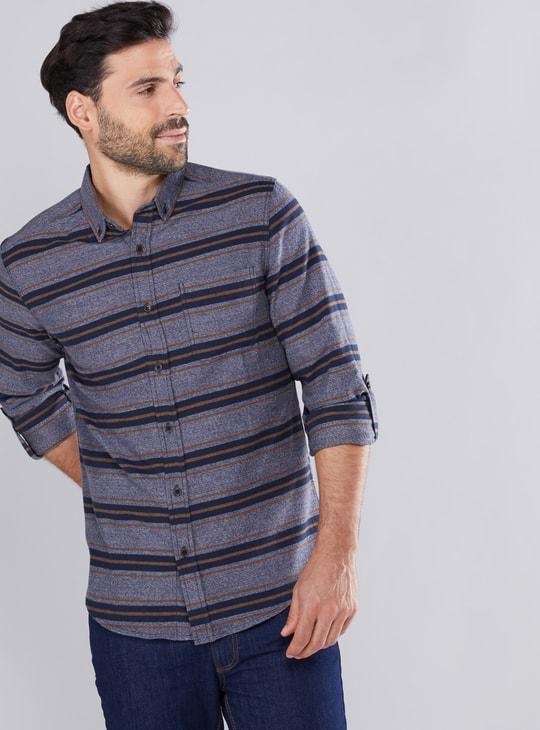 قميص مقلّم بأكمام طويلة ووصلة أزرار كاملة