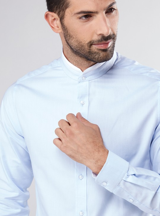 قميص بأكمام طويلة وياقة دائرية قصيرة وأزرار