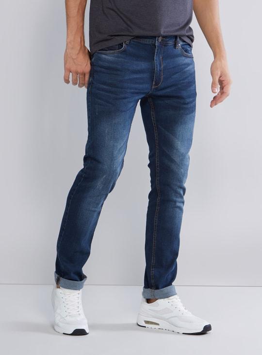 جينز طويل بقصّة سكيني وخصر متوسط الارتفاع وتفاصيل جيوب