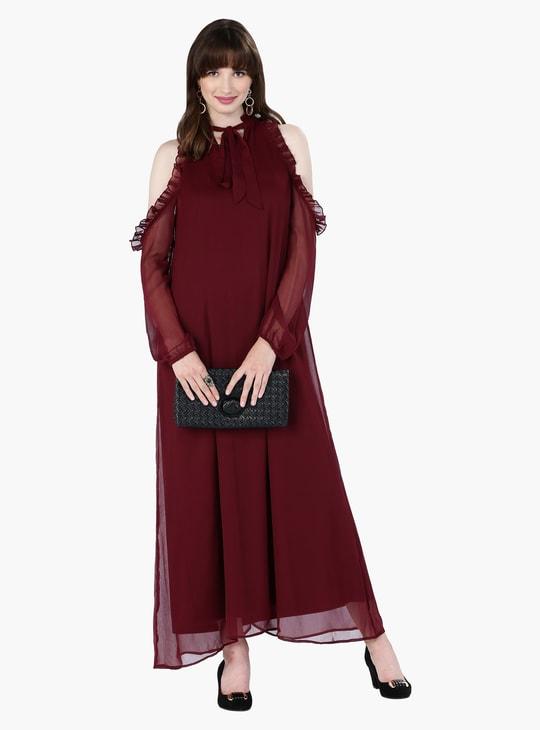 فستان ماكسي بأكتاف مكشوفة