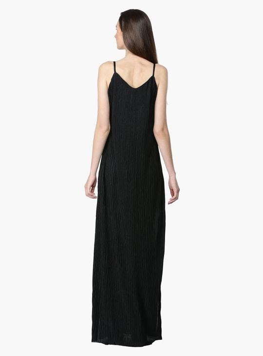 فستان طويل بشراشيب طويلة مع فتحات جانبية