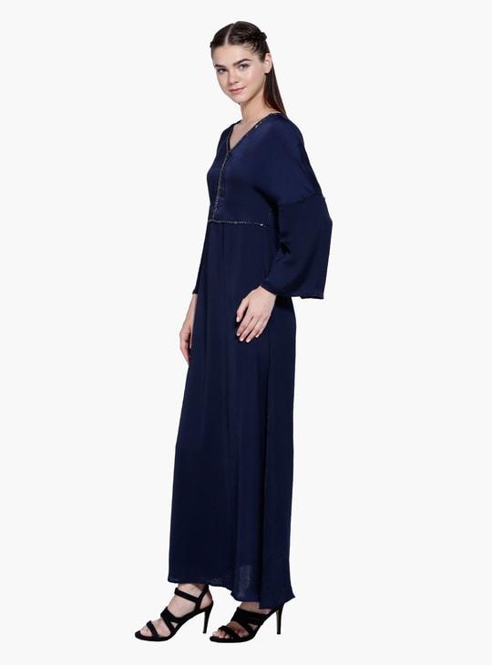 فستان طويل بياقة على شكل V