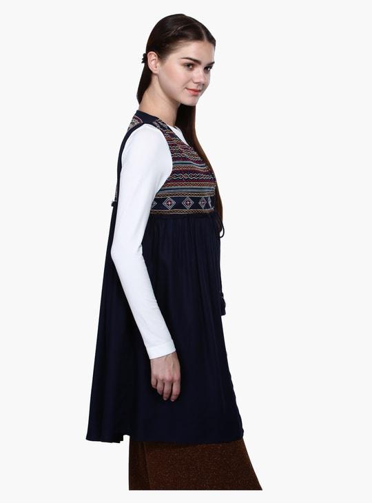 Embroidered Sleeveless Shrug in Regular Fit