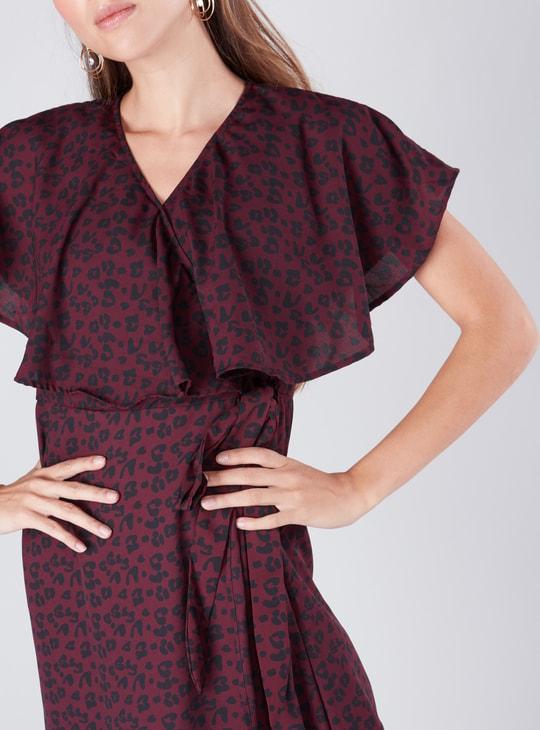 فستان ملفوفو بياقة مثلثة وحوّاف غير مستويّة وطبعات
