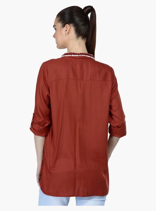 قميص بقَصّة عادية وبأكمام مثنية للأعلى