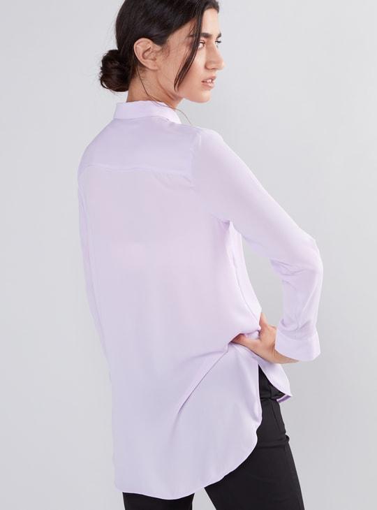 قميص طويل بأكمام طويلة وأزرار غير مرئية