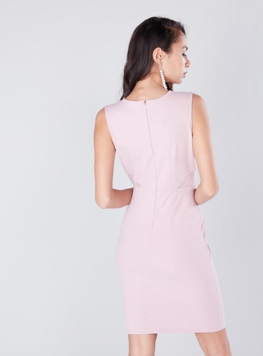 فستان ميدي دون أكمام بقصّة ضيّقة وبطانة شبكية