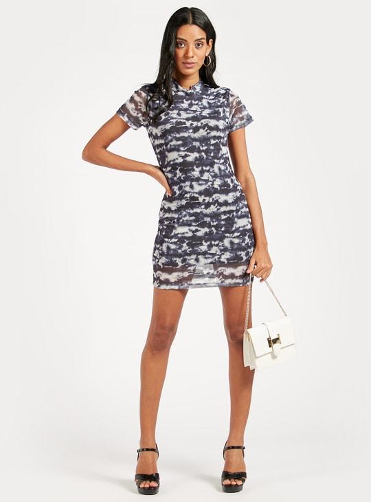 فستان قصير واسع بأكمام قصيرة وطبعات