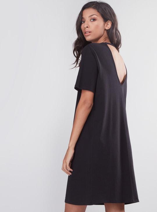 فستان متوسط الطول بياقة مستديرة وأكمام قصيرة