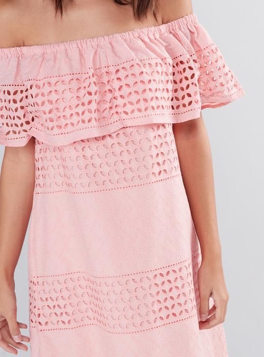 فستان ميدي مكشوف الأكتاف بتفاصيل مفرغة