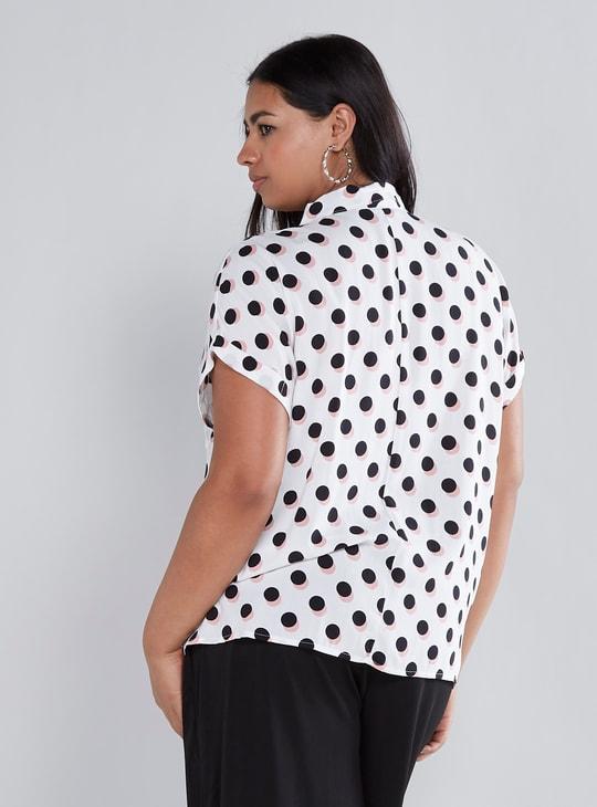 قميص منقط بأكمام قصيرة وتفاصيل عقدة أمامية