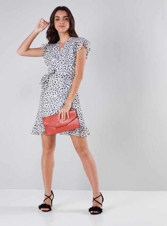 فستان قصير إيه لاين ملفوف بياقة V وتفاصيل كشكش وطبعات