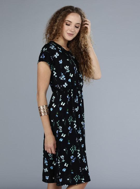 فستان بأكمام قصيرة مع طبعات الأزهار