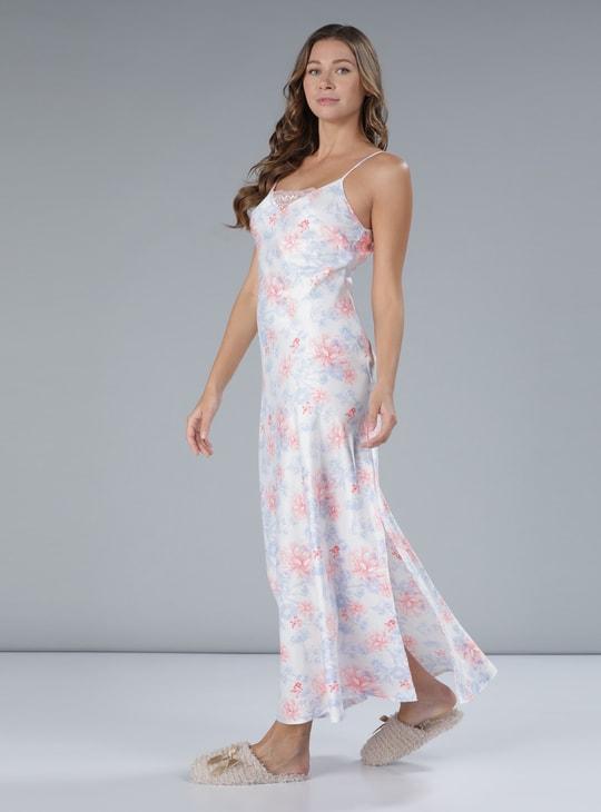 فستان طويل بنقوش وتفاصيل من الدانتيل