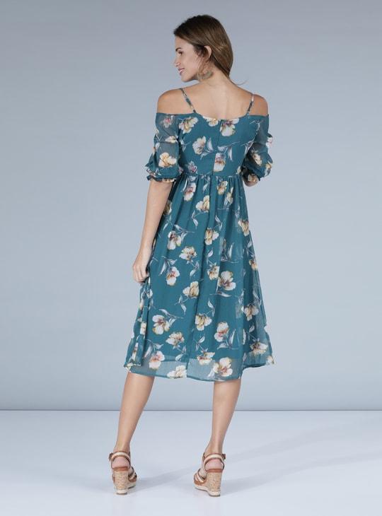 فستان متوسط الطول بأكتاف مكشوفة وطبعات