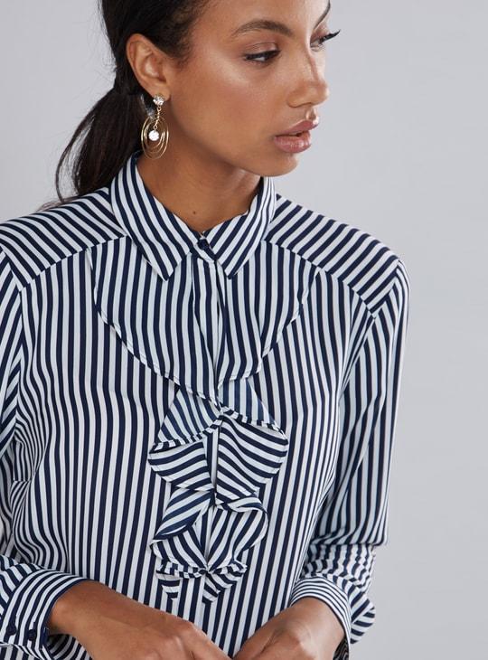 قميص مقلّم بأكمام طويلة وتفاصيل كشكش