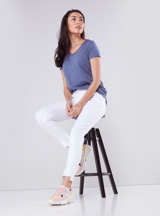 Skinny Fit Cropped Jeans with Frayed Hem and Button Closure