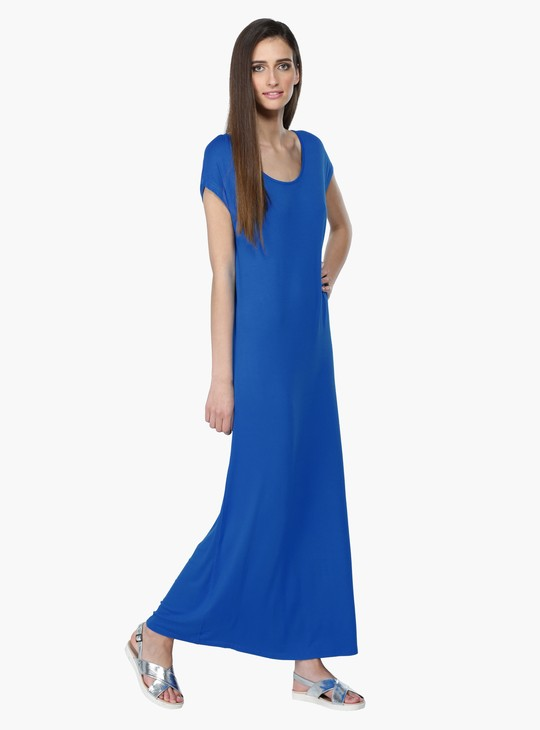 فستان طويل بياقة دائرية وأكمام قصيرة