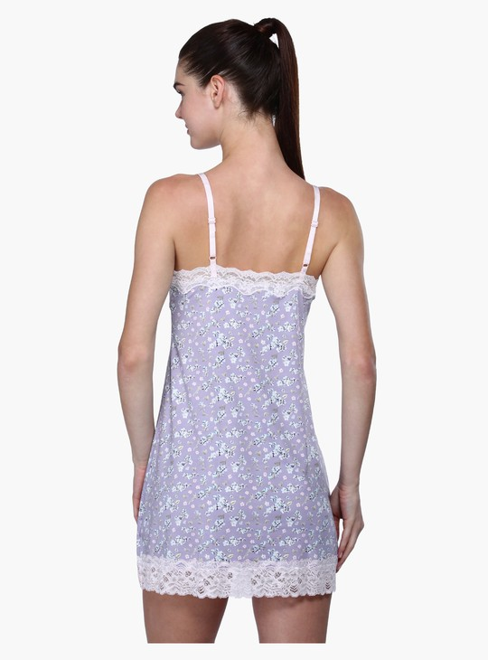 فستان نوم بطبعات وياقة على شكل حرف V وحمّالات رفيعة