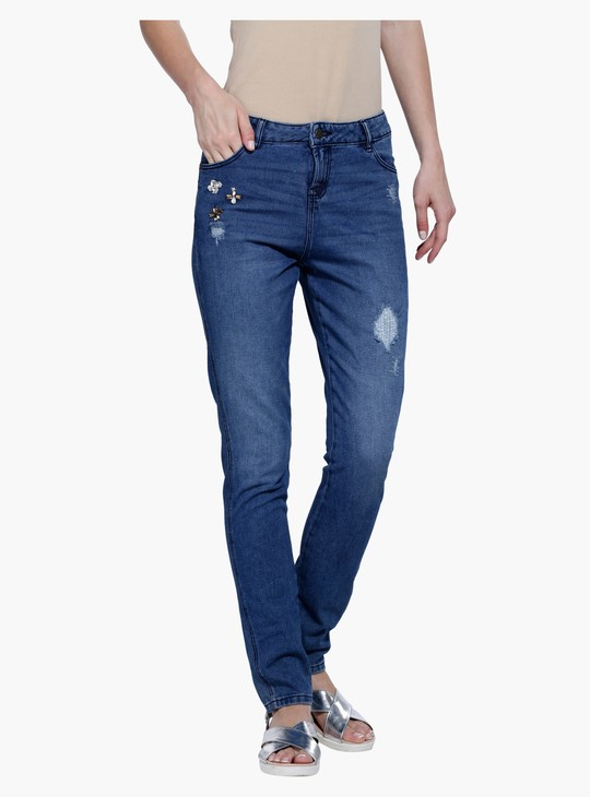 بنطال جينز طويل بالقصّة الضيقة