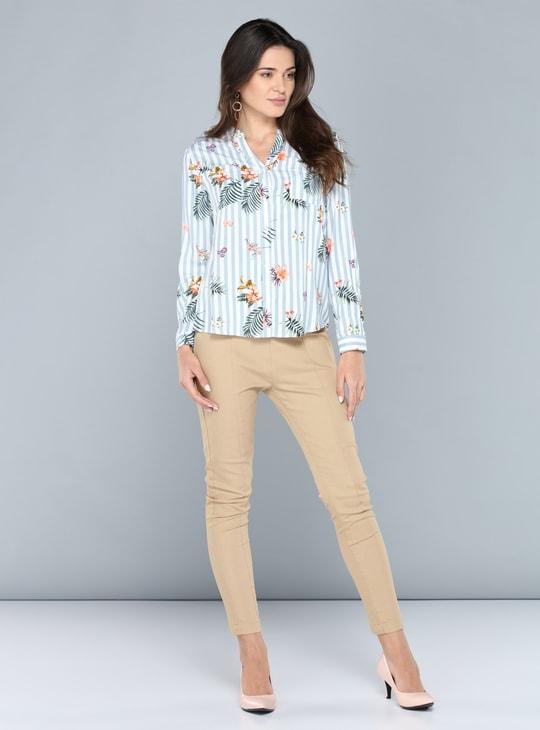 قميص بطبعات وأكمام طويلة وأزرار مخفيّة