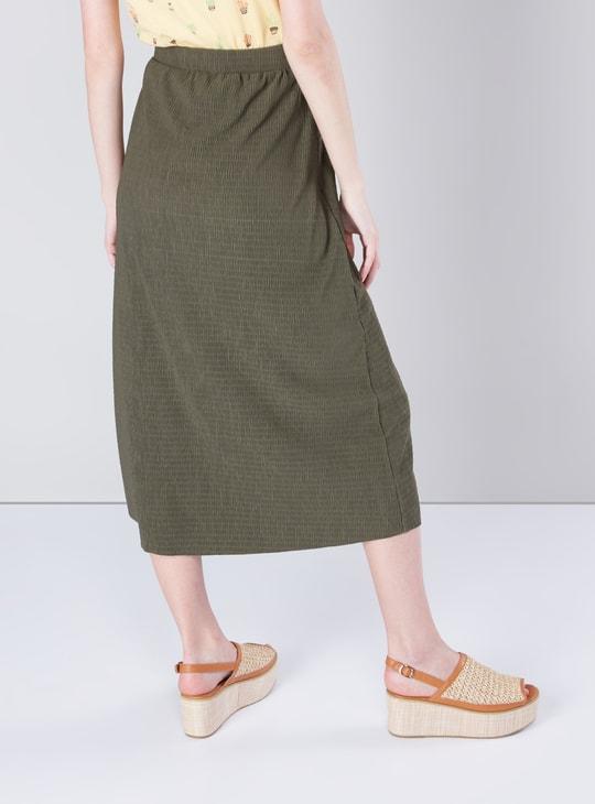 تنورة متوسطة الطول بارزة الملمس ذات خصر متوسط مع أزرار وأربطة