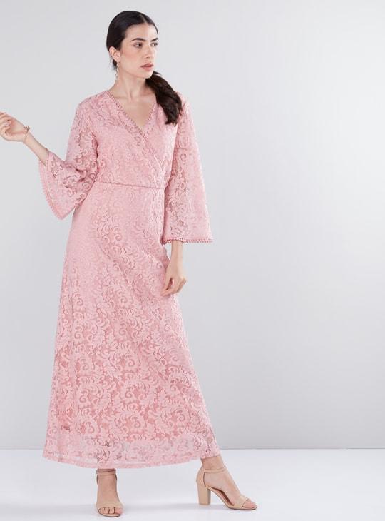 فستان طويل بأكمام واسعة وتفاصيل دانتيل